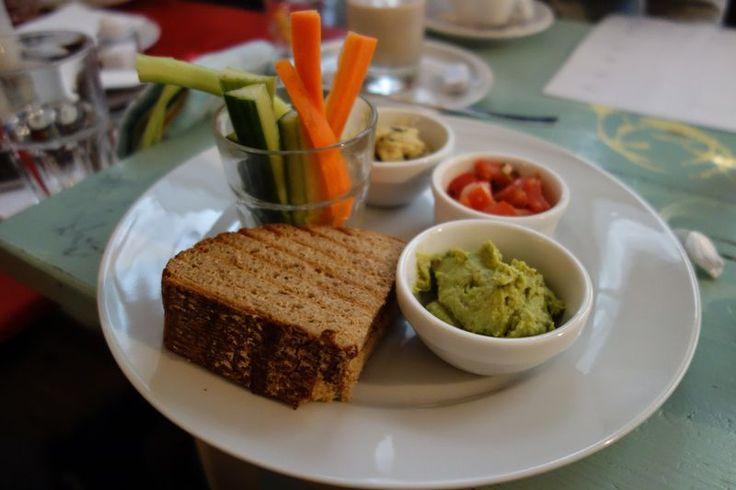 vegetables, brown bread and guacamole | photo credit: robert | http://www.diefruehstueckerinnen.at/