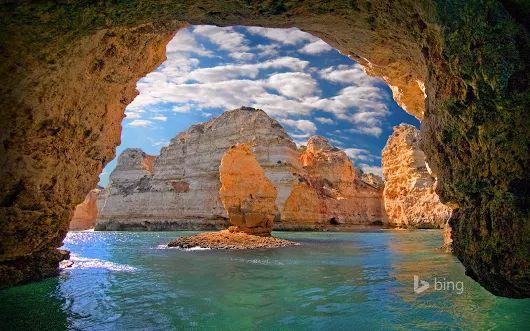 Falésias da Ponta da Piedade - Lagos, Algarve (Portugal).  Com uma magnífica vista sobre o Atlântico e as formas das falésias, esculpidas pelo mar e pelo tempo, a Ponta da Piedade constitui um cenário edílico de rochedos recortados em constante contraste com o azul esverdeado das águas. Situada a dois quilómetros de Lagos, na Costa d'Oiro, e repleta de grutas, baías desconhecidas e praias tranquilas, a Ponta da Piedade é particularmente atraente.