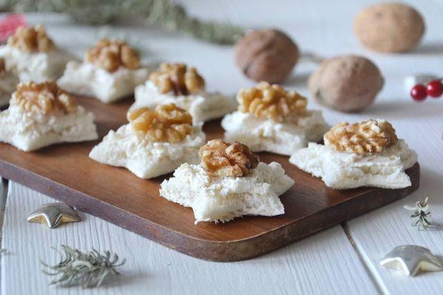 Quelle alle noci sono l'ultima proposta per preparare delle tartine sfiziose in questi giorni di festa, sono delle adorabili stelline di pane per tramezzini farcite con una crema di ricotta e noci tri