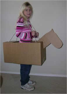 Cavalo ou burrico feito de caixa de papelão. As informações estão em inglês, mas pelas imagens dá pra entender.