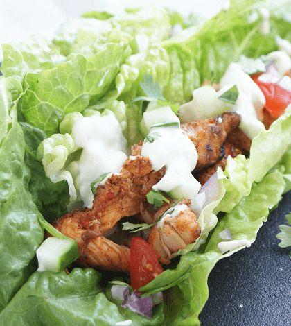 Maak je eigen koolhydraatarme kipshoarma met knoflooksaus met kipfilet, veel kruiden en een frisse salade. Ideaal voor op de zaterdagavond!