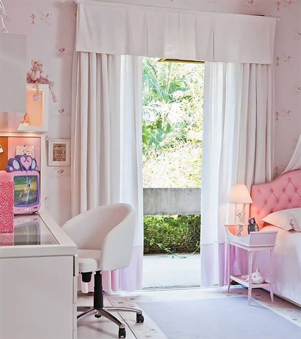 Детская комната выполнена в розовых тонах. Детский телевизор добавляет этой комнате изюминку.