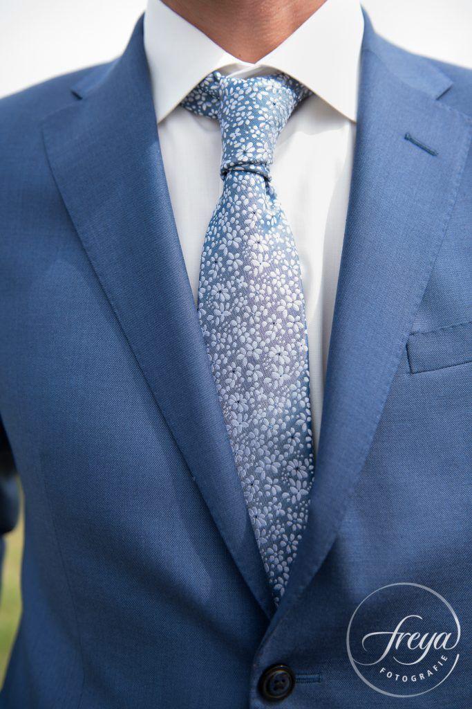 Een mooie stropdas maakt de outfit van de bruidegom! http://www.trouwfotografiefreya.nl/klanten/knusse-bruiloft-opgevouwen-fiat-500