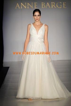 Anne Barge belle robe de mariée longue évasé col en V ornée d'appliques organza Style Bailey