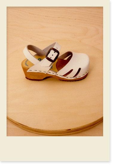 Crème de la Crème à la Edgar — White clogs #kids #shoes