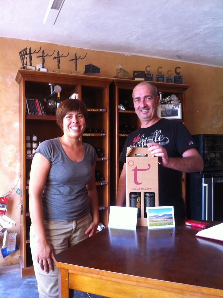Nuestro amigo Ventura Yagüe @Ventuy recogiendo el premio del concurso #Contiempo de julio. #Vino para las vacaciones