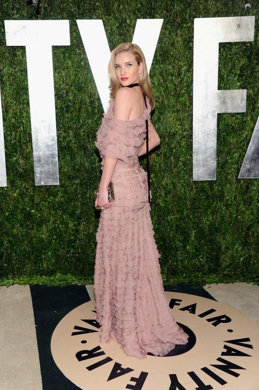 Rosie Huntington-Whiteley, espectacular con un vestido de volantes en rosa empolvado de Valentino y labios en color fresa