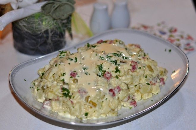 Echte Huzarensalade zelf maken. De huzarensalade gaat al heel erg lang mee in de Nederlandse kookboeken. Het is een van de eerste salades die je op de koksopleiding leert maken. Maar…