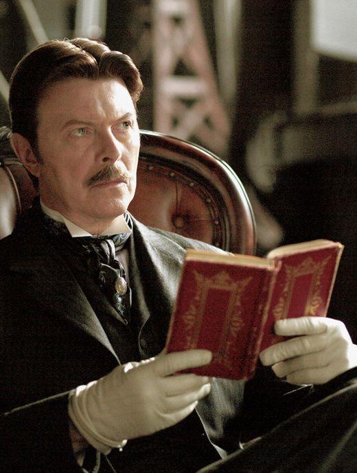 Littérature contemporaine et anglo-saxonne, essais, livres culte et autres revues indé : les livres préférés de Bowie, pour un ultime hommage intime et culturel.