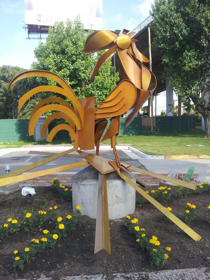 Escultura Publica en Hierro Soldado y Pintura Cromo Dorado. ( Pinturerias Victorica, Liber en pinturas mundiales de alta recistencia artistica).