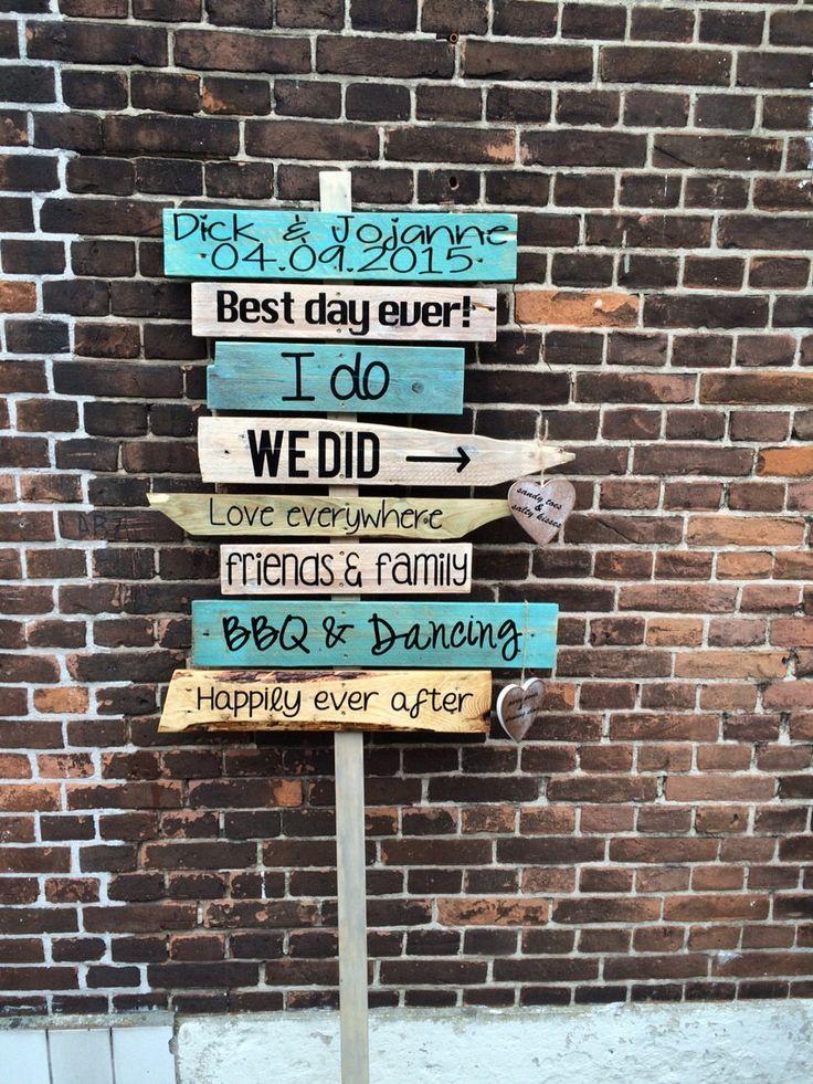 Wegwijzer; Gepersonaliseerd houten wegwijs bord / paneel als curiosa voor foto's. Uitstekend geschikt om te gebruiken voor trouw recepties als wegwijsbord. Deze wegwijzer wijst uw gasten op een grappige en ludieke manier de weg naar het feest. Geschikt voor bruiloft / huwelijk, maar ook voor decoratie in de tuin, op het strand of gewoon tijdens een feest om gasten de weg te wijzen. Maakt dit unieke moment nog specialer. Perfect ook om te gebruiken als achtergrond voor bruids foto reportages.