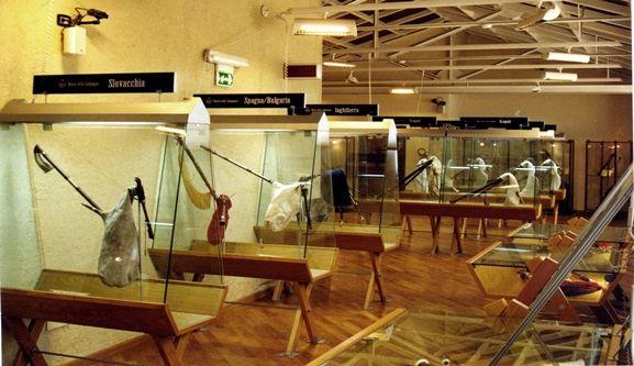 """Museo Internazionale della Zampogna """"P. Vecchione"""" – MOLISE. PU - via Vico S. Maria, 86070 Scapoli (IS) - T 0865954270, F 0865954505 Int € 2, rid € 1 – ven/sab/dom e festivi 10/12-16/18 comunescapoli@libero.it info@museodellazampogna.it  Espos. di zampogne dei maestri costruttori di Scapoli ma anche provenienti da ogni parte d'Italia e del mondo. Dal 2003 il museo è stato dotato di un presepio permanente stile 700, dei maestri d'arte F.lli Capuano in Napoli. http://www.comune.scapoli.is.it"""