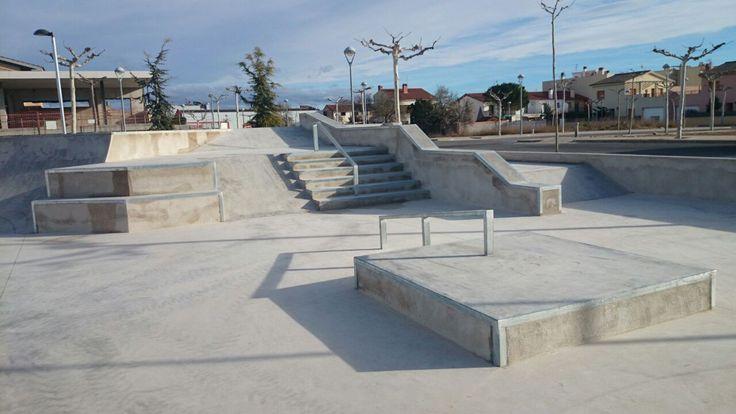 Santa Bárbara skatepark (¡¡Ojo!! en Tarragona, no nos confundamos con California  ) es pequeño pero tiene bastantes cosas. Está construido con cemento pulido y destaca por los acabados y losmódulos de street que tiene, aunque un poco demasiado juntos