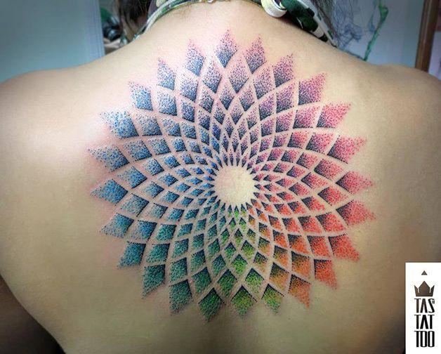 Veja tatuagens feitas com a técnica de pontilhismo e aquarela