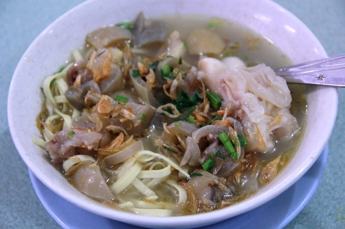 Mie Kocok Dadeng - Noodle soup with beef tendon. Photo by Rian Farisa.