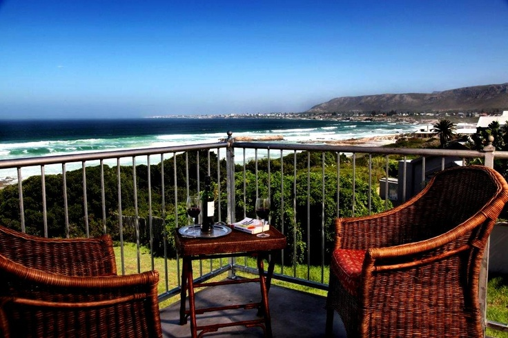 Hermanus Beach Villa - This bed & breakfast accommodation is ideal for a family beach holiday, a romantic honeymoon or a quiet get-away in this peaceful part of Hermanus blessed with stunning beaches.