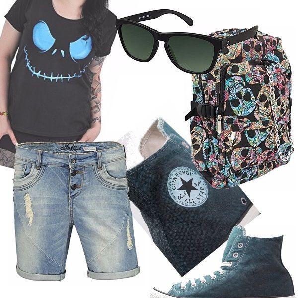 Short di jeans chiaro con strappi, converse denim, occhiali neri, zainetto nero con teschi colorati e t-shirt con il celeberrimo ghigno di Jack Skeleton, firmato Tim Burton. Adatto alla quotidianità di ragazze dall'animo un po' dark.