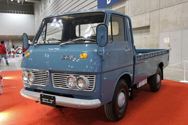 こちらは社内でレストアされたばかりという1968年「いすゞ・エルフ」。同年にフルモデルチェンジされた2代目エルフの初期型である。