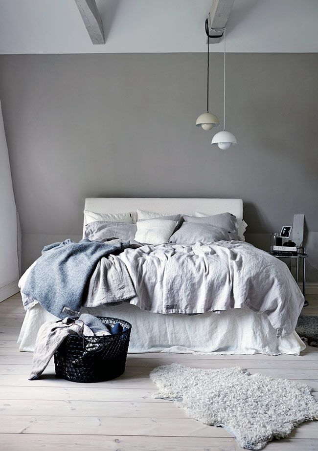 Grå vägg bakom säng?