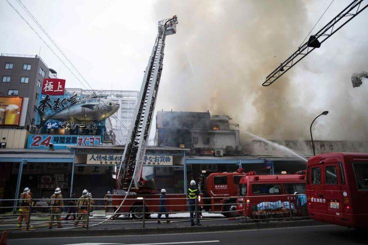 Le march Tsukiji, célèbre marché aux poissons de la capitale japonaise Tokyo, en proie aux flammes. Les environs directs du marché aux poissons, voué à déménager, ont brûlé sur 200 mètres carrés. L'incendie n'a pas fait de victime. Photo AFP/BEHROUZ MEHRI