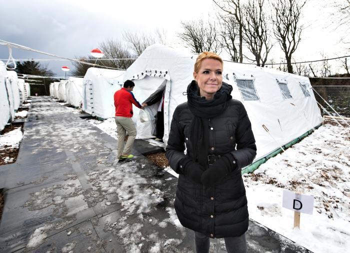 Indenrigsminister Inger Støjberg har næppe haft Agamben i tankerne, da hun i vinter posserede foran flygtningeteltene i Thisted, men hele opstillingen med hende som suverænens repræsentant og flygtningene som de nøgne liv er som taget ud af Agambens tænkning.