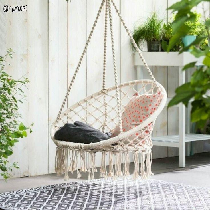 Best-budget-buy; deze gave hangstoel met franjes koop je nu voor 3995 bij Karwei. Maar ook bij de Xenos is een vergelijkbare stoel (hangstoel Knoet) te koop voor 3999. Bij beide winkels vliegen ze de deur uit maar ik kon er nog wel een bestellen bij Xenos. Ik kan niet wachten tot 'ie in de tuin hangt!
