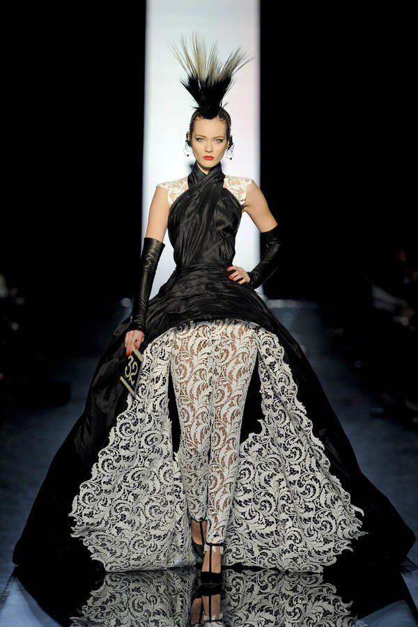 Diese Haute Couture Kombo von Jean Paul Gaultier fesselt den Blick - all die Details, die gewagte Spitzenleggings, der Schnitt - großartig!Seht hier noch einmal die tollen Abendkleider der Stars bei der MET-Gala 2011, wo Karolina Kurkova den JPG-Traum trägt