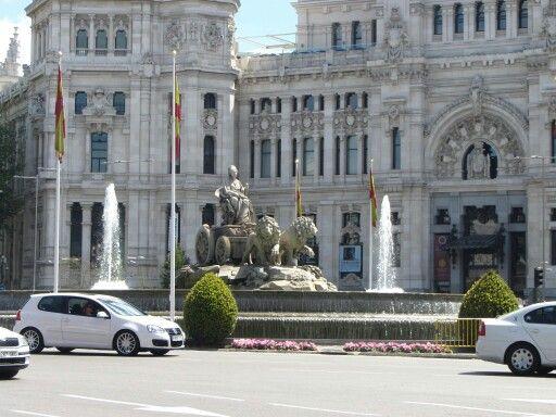 La Fuente de la Cibeles. Se encuentra en Madrid, en la plaza del mismo nombre. Incluye a la diosa Cibeles, símbolo de la Tierra, la agricultura y la fecundidad, sobre un carro tirado por leones. La actual plaza se llamó al principio Plaza de Madrid y en el año 1900 tomó el nombre plaza de Castelar. En la actualidad está delimitada por los grandes edificios del Palacio de Buenavista (Cuartel General del Ejército), Palacio de Linares (Casa de América), Palacio de Comunicaciones (antes sede de…