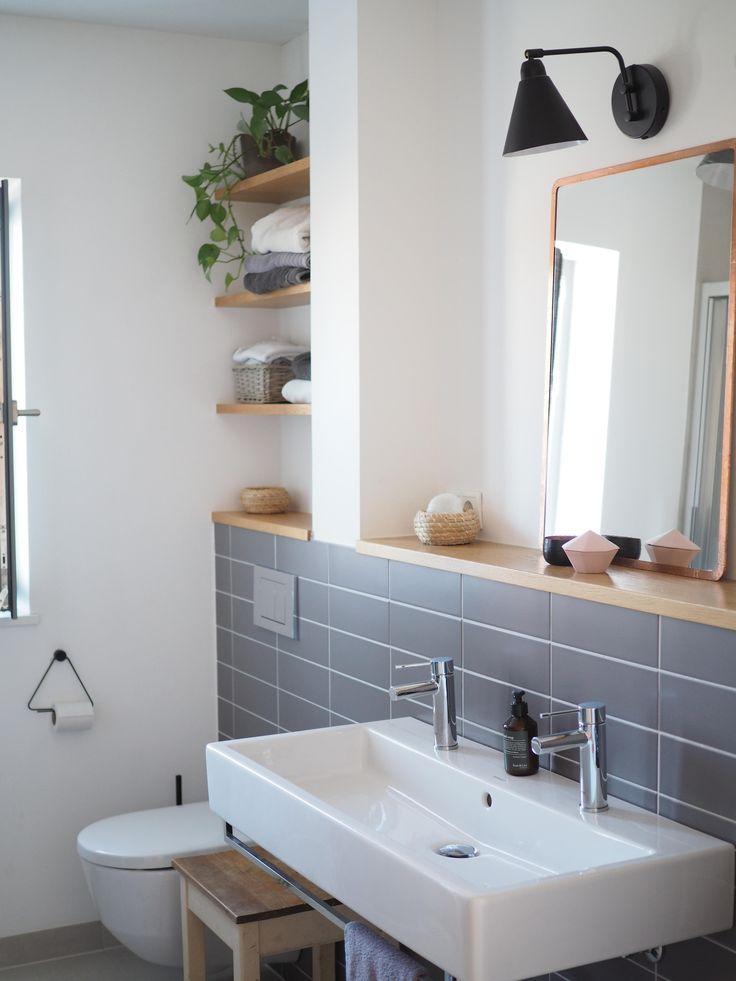 Wenig Fliesen, dazu ein bisschen Holz, Schwarz und viel Weiß – unser Badezimmer… – Ideen Wohnen
