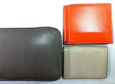 <Fashion>愛用しているヴァレクストラの財布と名刺入れとパスポートケース。量ではなく、悠々としたイメージとともに質を売る。僕はこれこそがプレミアムの極地だと思っている。でも、こういうブランディング、日本は苦手ですよね、、、。【LEON編集長 前田陽一郎】  http://lexus.jp/cp/10editors/contents/leon/index.html  ※掲載写真の権利および管理責任は各編集部にあります。LEXUS pinterestに投稿されたコメントはLEXUSの基準により取り下げる場合があります。