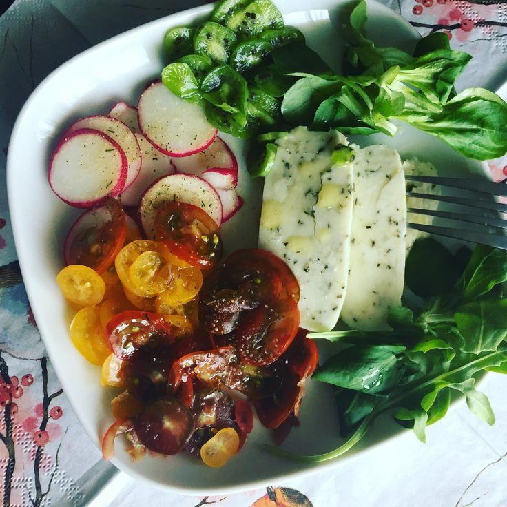 Halloumi con albahaca, rabanitos, tomates cherry, kiwi nergi, canónigos y rucula con aceite arbequina y pimienta sansho #delicioso #comidadeverdad #ricoysaludable #ensaladas #foodie #foodporn #licopeno #saboresincreibles