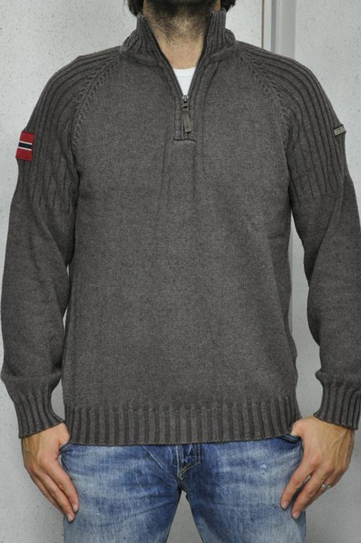 Napapijri maglia marrone con collo alto e zip. Loghi sulle maniche