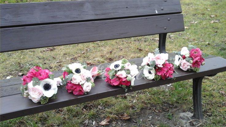 Jarní kytice z pryskyřníků. sasanek a alstroemérií