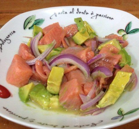 El salmón pierde muchas de sus propiedades al cocinarlo, por ello esta receta de ceviche de salmón es muy sana, ya que el salmón lo serviremos crudo, conse