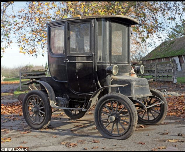 The astonishing 103 year old electric car that was ahead of its time      The 1910 Detroit Electric Model D has a range of 100 miles and can reach 25mph     Car comes complete with a 6 foot tall charger
