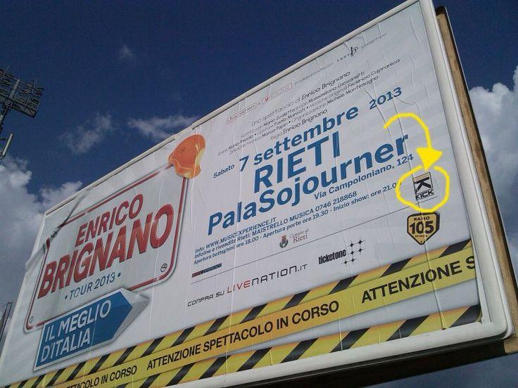 """Il popolare comico Enrico Brignano ha fatto tappa al PalaSojouner di Rieti, con il suo tour estivo """"Il Meglio d'Italia"""", il 7 settembre alle ore 21. L'evento nasce dalla fattiva collaborazione tra l'Assessorato alle Culture, Risorse Sabine Spa, Provincia di Rieti e i management Live Nation, Hit Week e Kick Agency."""
