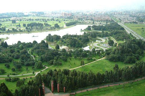 Es un parque en Bogotá, Colombia. El parque es muy grande.