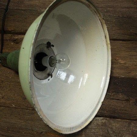Jarenlangdeed deze ijzersterke Industriële hanglamp dienst in een industriële hal. Samen met tientallen broeders deed hij dit foutloos… Maarja, aan alles komt een einde, de fabriek werd een aantal jaren terug gesloten. Met de grond gelijk gemaakt (zonde!). Gelukkig was er iemand zo verstandig de lampen eruit te halen! En zo werden deze industriële hanglampen eerst nog lange tijd bewaard, wachtend op een nieuwe bestemming!Let op: dit zijn de enige exemplaren. Op is dus echt op.