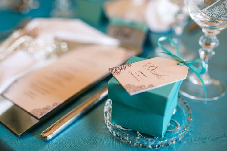 Eine kleine Schachtel mit Hochzeitsmandeln als Gastgeschenk. Das Foto von Christina & Eduard Photography ist bei einem Styled Shooting zum Hochzeitskonzept in Tiffany Grün und Creme entstanden.
