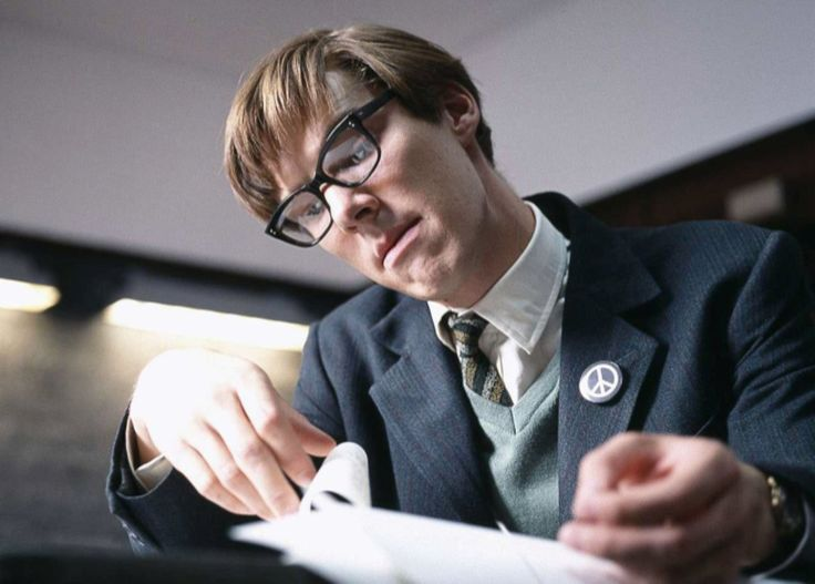 21-letni Stephen Hawking siedzi wfotelu, wykrzywiony wdość nienaturalnej pozycji. Nie porusza się, patrzy jedynie naekran telewizora, azmimiki jego twarzy trudno wywnioskować, czy jest zafascynowany oglądanym programem, czy może raczej śmiertelnie nim znudzony. Dopokoju wkracza jego ojciec, zamieniają kilka słów… Apotem Stephen Hawking dziarsko zrywa się zfotela irusza naprzyjęcie, naktórym czeka już naniego jego urocza dziewczyna. …