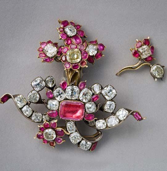 Alfinete com rubis e diamantes.
