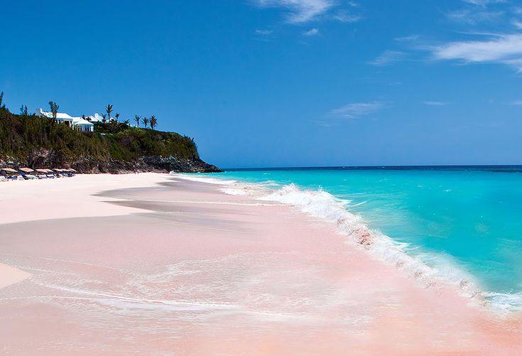 Praia da areia rosa. Nas Bahamas, as areias da praia foram pigmentos por restos de corais no constante movimento das ondas.
