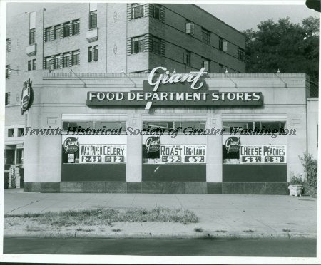 1940's Giant grocery store in Chevy Chase, Maryland. From the Jewish Historical Society of Greater Washington.