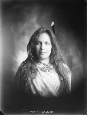 Maggie Papakura, te kaitaapoi i ngaa turuhi ki roto o Te Whakarewarewa ki Rotorua tonu.Waihoki he kaiapoi i haaere i terenui ao, he kirikawa ki te waiata me ngaa mahi puoro, aa, i whiti atu ki Ingaarangi, aa, i tau ki te Whare Waananga rongonui nei o Oxford.