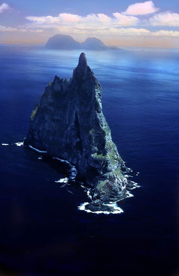 Ball Pyramid  Ce lieu est le rocher  le  plus haut du monde maritime. Ce sont les restes d'un volcan  formé il y a environ 7 millions d'années. Il culmine à 562 mètres de haut et est situé au sud de l'île Lord Howe dans l'océan Pacifique.
