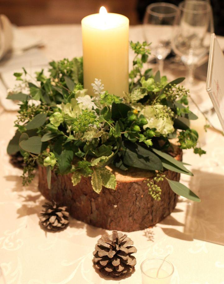 ナチュラル&アットホームな式をテーマにするなら、切り株や松ぼっくりなど、木の質感やブラウンカラーを印象的に魅せる装花がフォトジェニック。グリーン×ブラウンの落ち着いた配色でも、キャンドルを添えれば温かく幻想的なパーティの始まり。