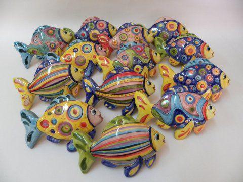 Pesci in ceramica fatti e dipinti a mano dal laboratorio Creta Rossa di Vasto -  Artigianato tipico.
