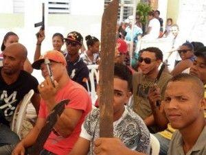 Jóvenes de Moca entregan armas a cambio de regalos - Cachicha.com