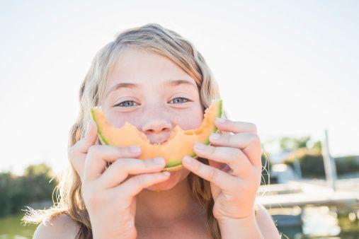 Озаботившись проблемой детского ожирения, в одной из школ Цинциннати (Огайо, США) решили провести эксперимент. Задача была простой: улучшить качество школьных обедов, но так, чтобы дети действительно ели здоровую пищу, к которой они явно не привыкли. Решали ее в два этапа. Сначала для обозначения здоровых продуктов использовали смайлики. Их наклеивали на упаковки с обезжиренным молоком и цельнозерновыми продуктами, рисовали на тарелках с овощами и фруктами. Затем в школьной столовой…