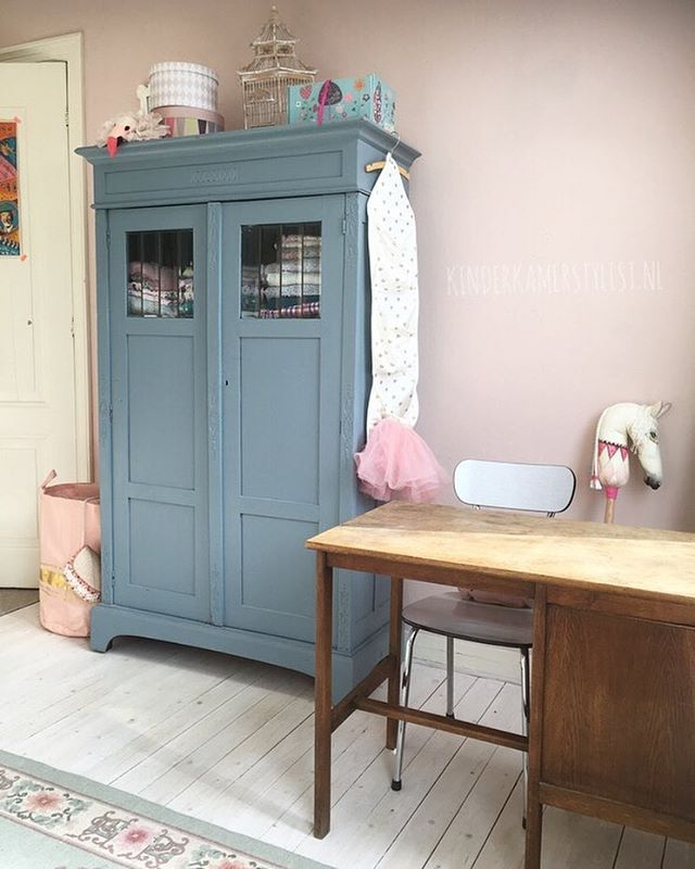 Girlsroom with pink wall #meidenkamer #meidenkast | Kinderkamerstylist.nl